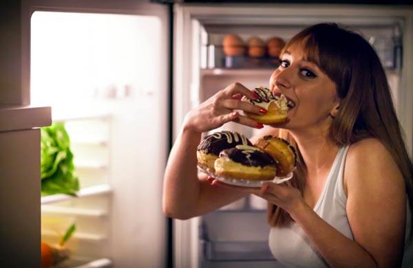 Por qué las mujeres no deberían comer de noche
